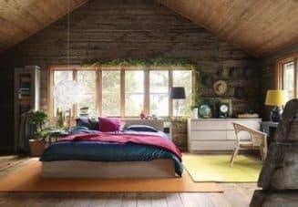 уютная спальня в мансардной части дома