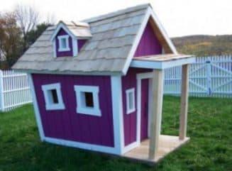 Яркий деревянный детский домик