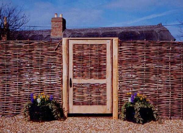 изгородь забор вокруг дома плетеная