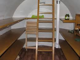 готовый погреб с лестницей и полками для хранения