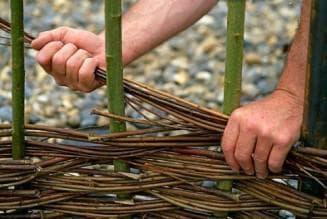 забор из веток и прутьев