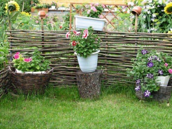 декоративная плетеная изгородь с цветами