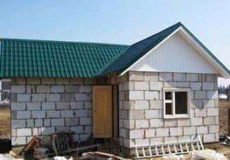 постройка с крышей из металлопрофиля