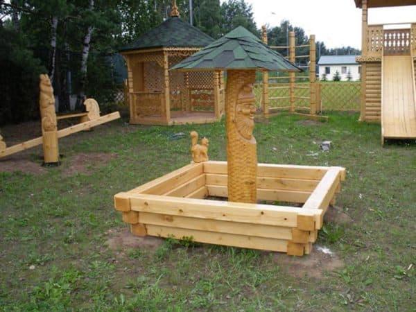 Деревянная песочница на даче