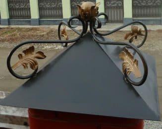 колпаки на столбы забора из металла с украшением на конце