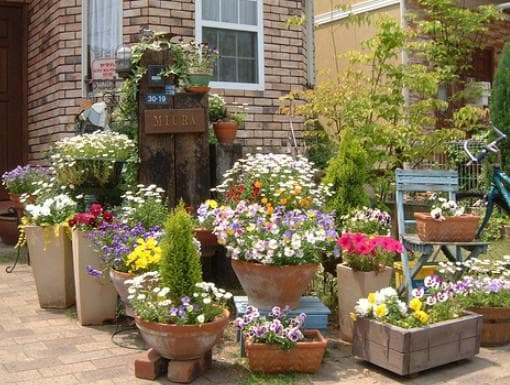 кашпо для уличных цветов при входе во двор