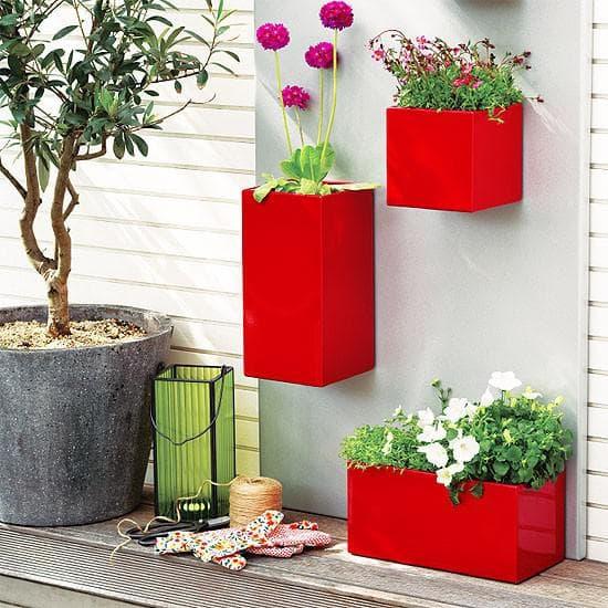 пластиковый уличный вазон для цветов на стену