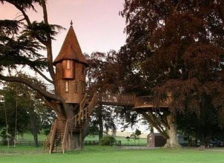 Домик на дереве в виде замка