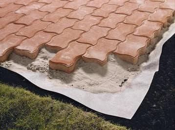 Как постелить геотекстиль под тротуарную плитку?