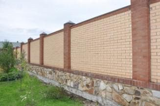 Высокий кирпичный забор