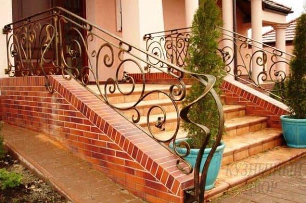 Входная лестница с кованными ограждениями
