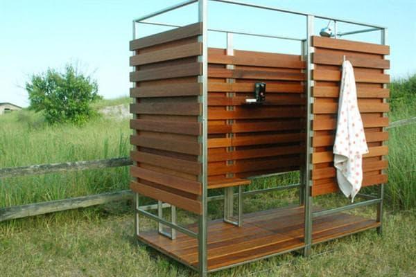 Дизайн деревянного душа для дачи