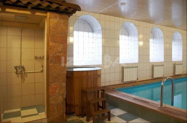 душ около бассейна в бане