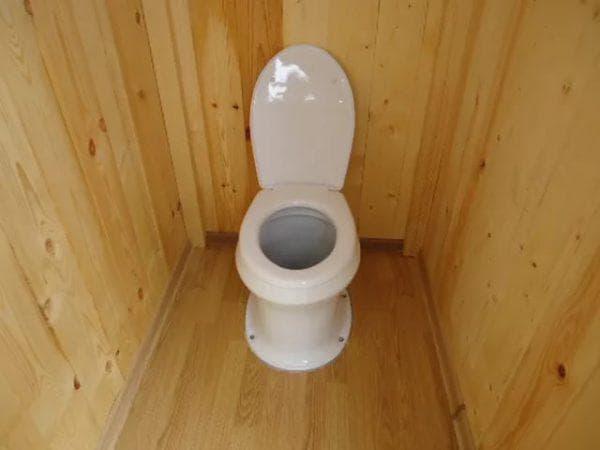 туалет на даче с керамическим унитазом