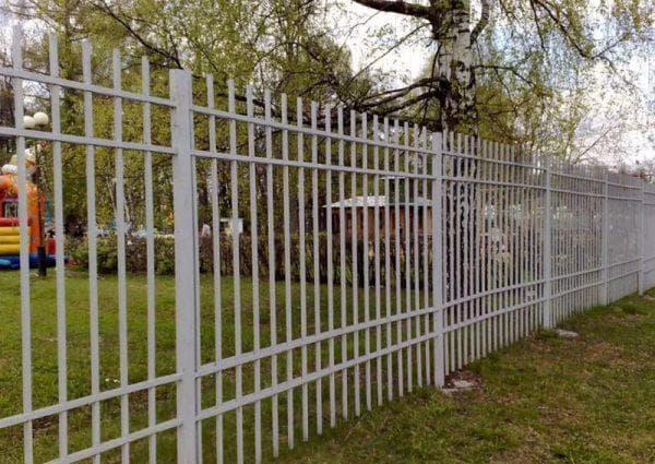 забор из штакетника из промышленной арматуры
