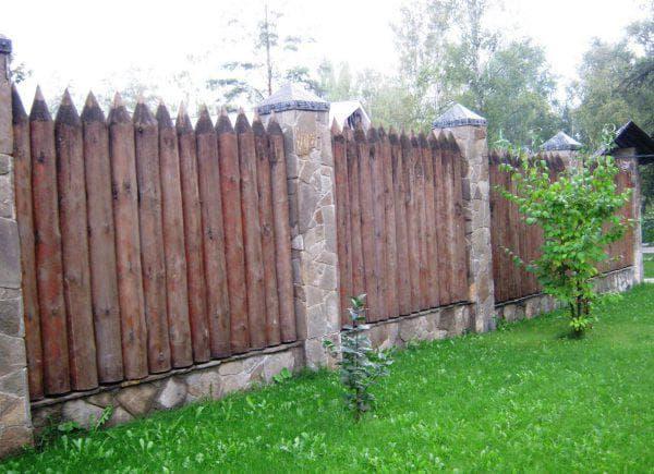 деревянный забор из частокола для частного дома