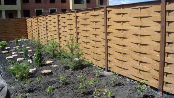 деревянный забор из плетени для частного дома