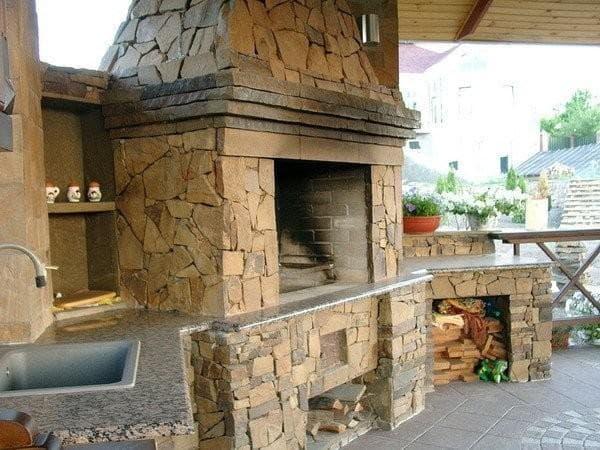 зона каменного барбекю на даче