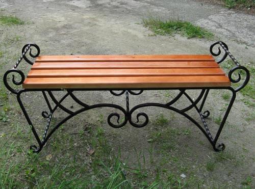 сезонная скамейка из дерева и металла