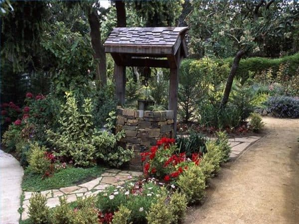 каменный колодец в ландшафтном дизайне в стиле кантри