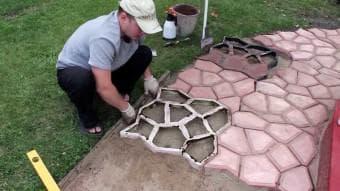 процесс изготовления садовых дорожек