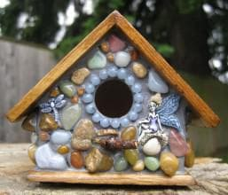 скворечник украшеный камнями