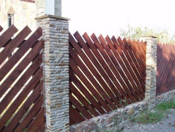 Забор из штакетника и кирпича