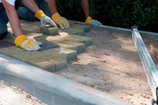 как класть тротуарную плитку на песок