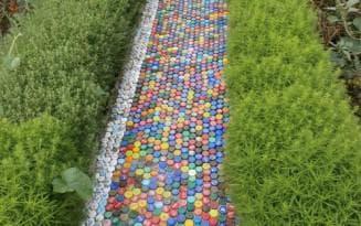 дорожки из пробок от пластиковых бутылок разных цветов но одного размера