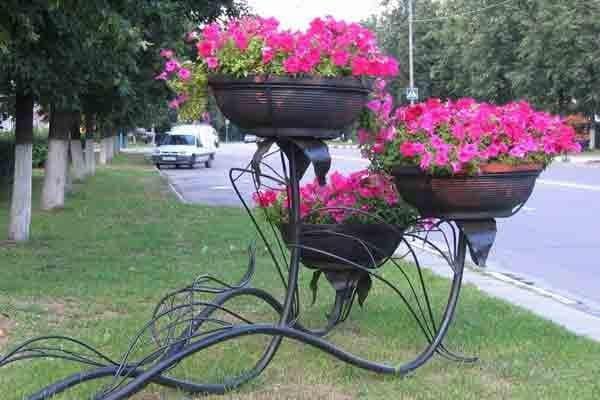 металлический вазон для цветов