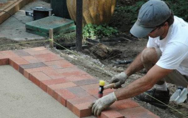 как положить тротуарную плитку на старый бетон
