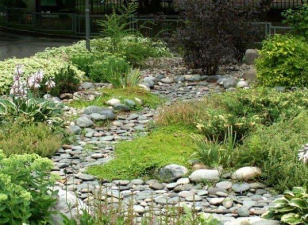 сухой ручей в ландшафтном дизайне разделяет участки местности