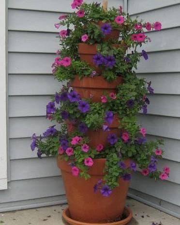 кашпо для уличных цветов в углу дома