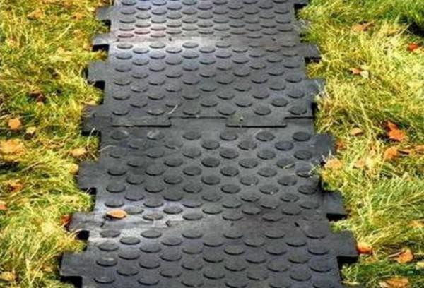 пластиковая плитка для дорожек на даче чёрного цвета