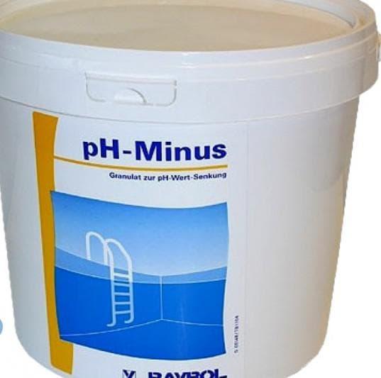 очистка бассейна добавляя в воду препараты «pH-плюс» и «pH-минус» на даче