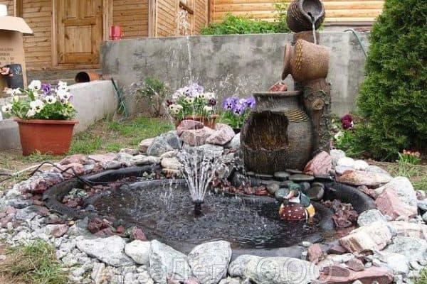 пруд пластиковый садовый и оформление фонтанами