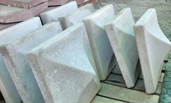бетонные колпаки на столбы забора одинаковой формы
