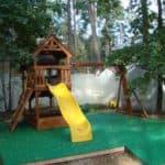 Резиновое покрытие для детских площадок на даче убережет детей от травм