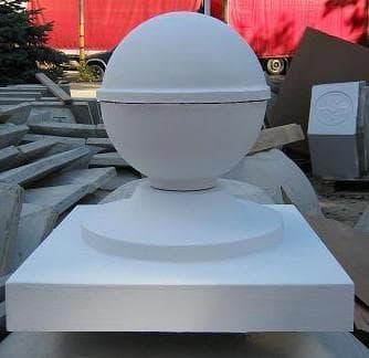 бетонные колпаки на столбы забора с шарами