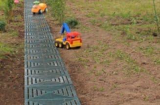 резиновое покрытие для дорожек в саду для удобства игры детьми