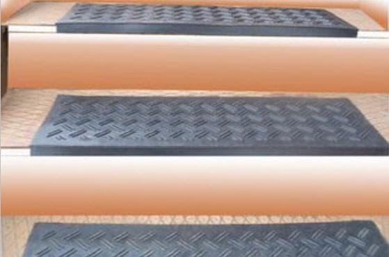 резиновое противоскользящее покрытие на ступени крыльца