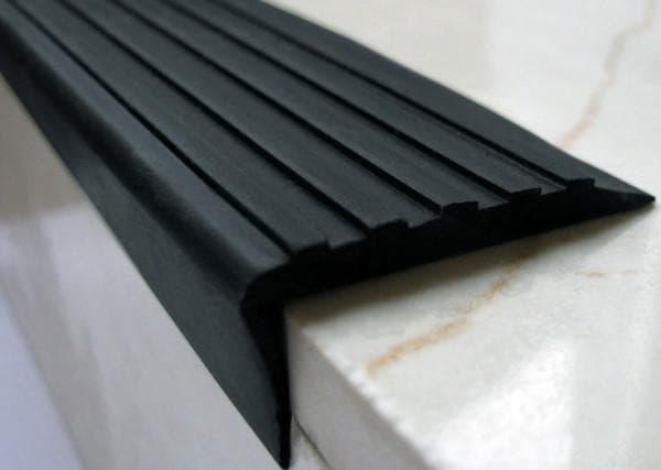 каучуковое противоскользящее покрытие на ступени крыльца