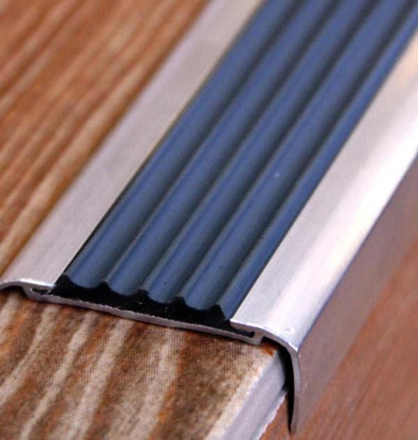 алюминиевые покрытие на ступени крыльца