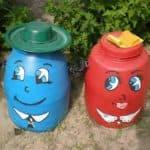 как раскрасить бочки в огороде