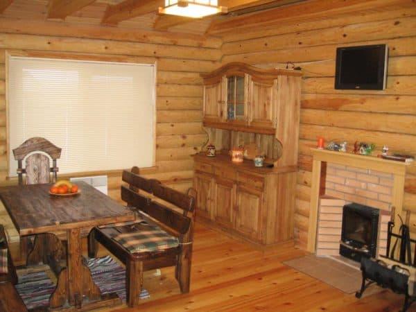 деревянная комната отдыха с кухней