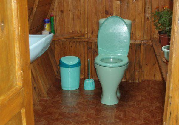 туалет на даче с пластиковым унитазом