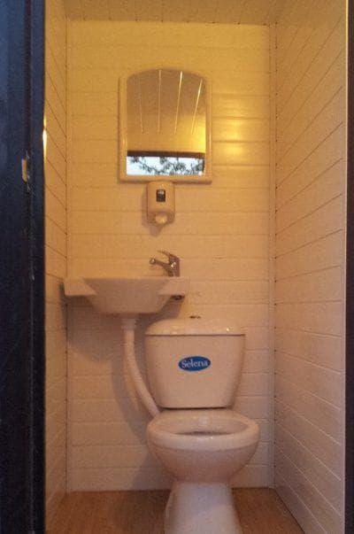 туалет на даче с пластиковым унитазом Элисса