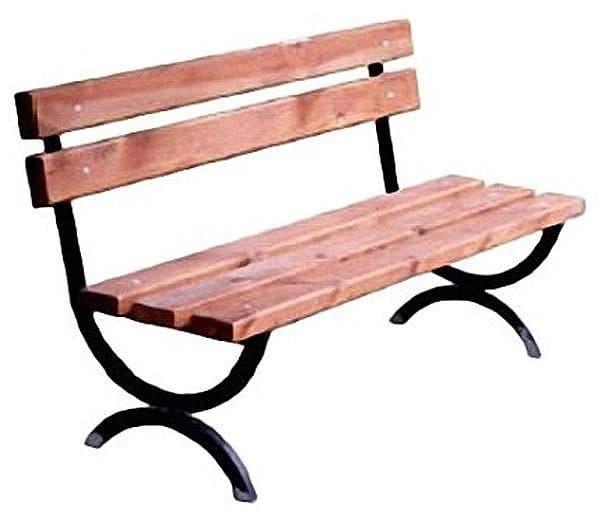 открытые скамейки из дерева и металла