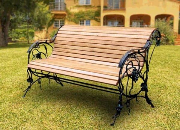 парадная скамейка из дерева и металла