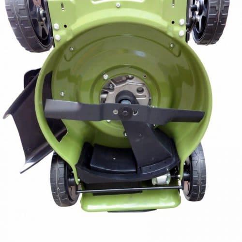 металлический корпус самоходной бензиновой газонокосилки